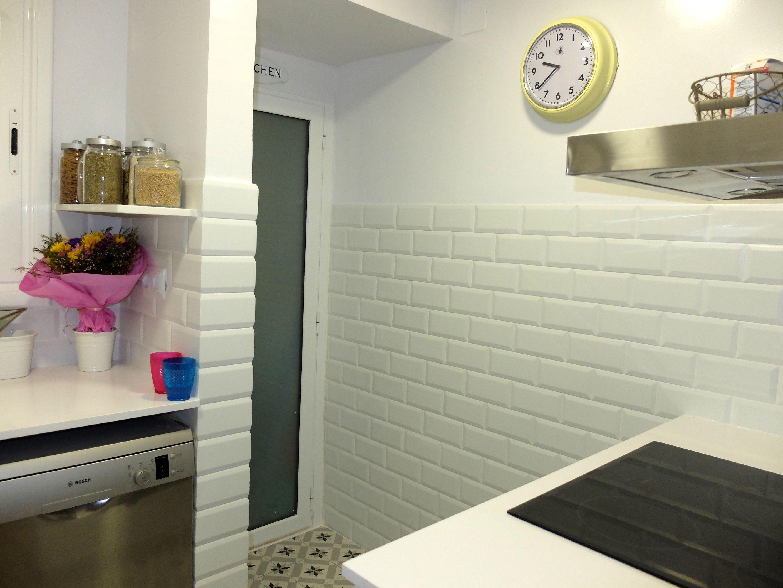 Reforma de cocina peque a en barcelona con baldosa tipo for Baldosa metro