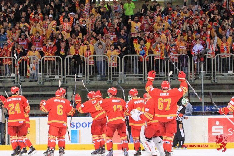 DEG Ehrenrunde Eishockey in Düsseldorf rotgelb, gelb