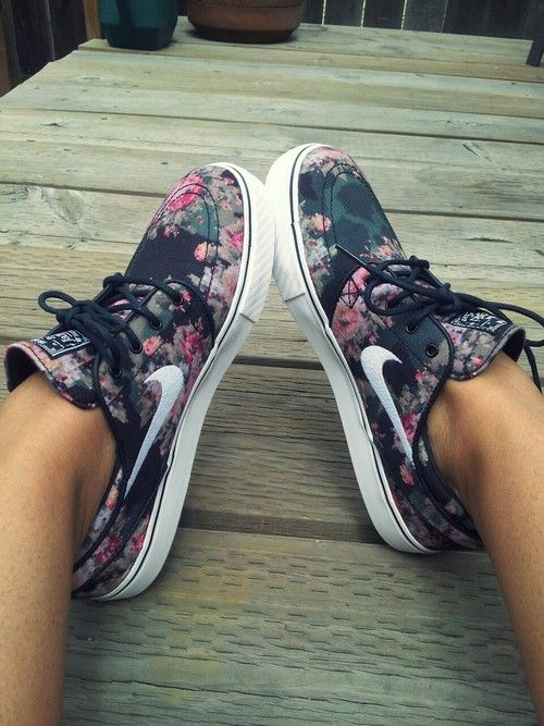 9b86a67b2a3d nike sb floral tumblr unter We Heart It.