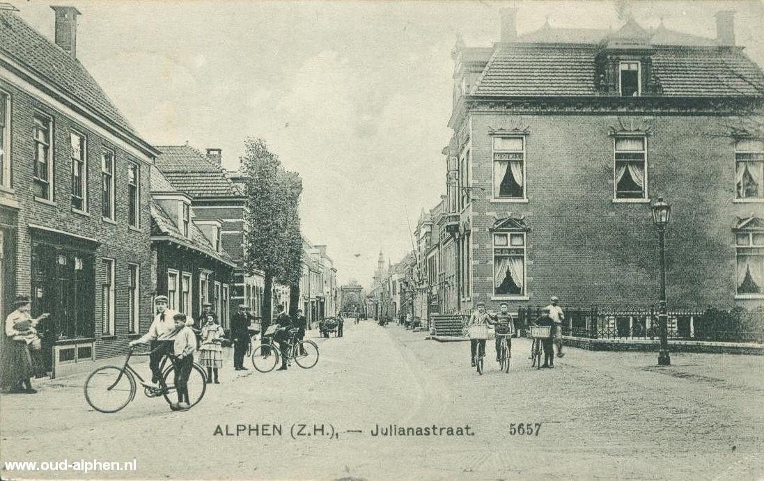 De Julianastraat met rechts nummer 67, het pand waar nu lingeriewinkel Dessous is gevestigd.