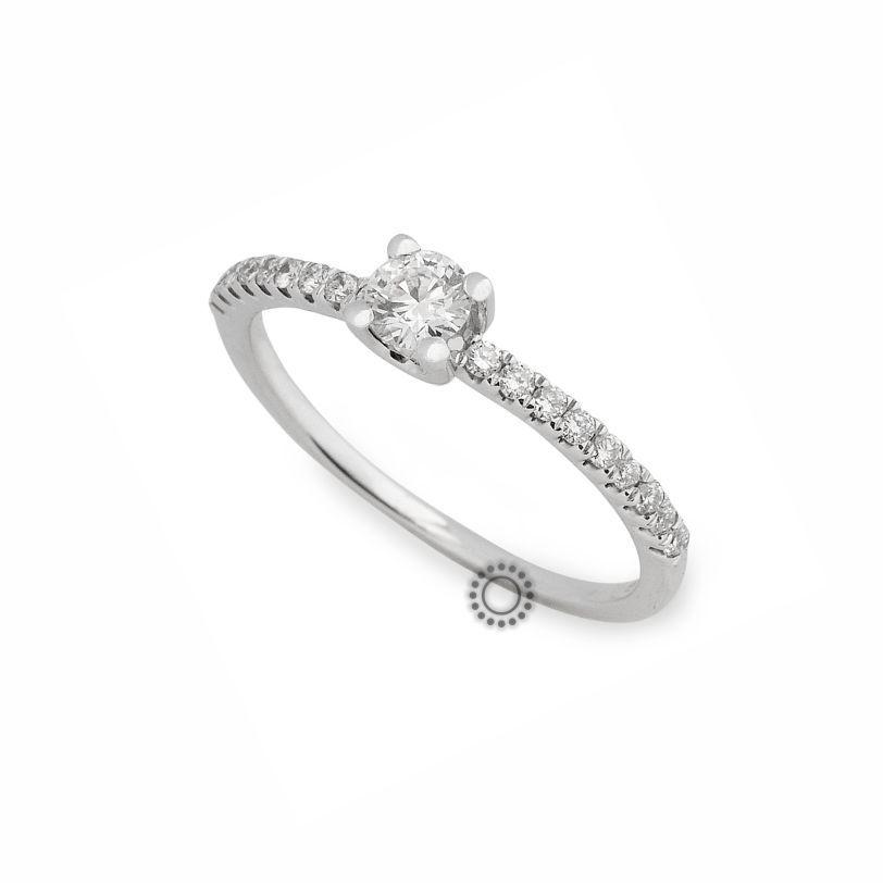 Ένα λεπτό  amp  εντυπωσιακό μονόπετρο δαχτυλίδι λευκόχρυσο Κ18 με κεντρικό  Brilliant και πλαϊνά διαμάντια  66b55a6bf87