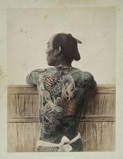 Unbekannter Fotograf, Tätowierter Mann (hikkyaku), Japan, um 1880, Museum Ludwig/Fotografische Sammlung (Sammlung Lebeck)