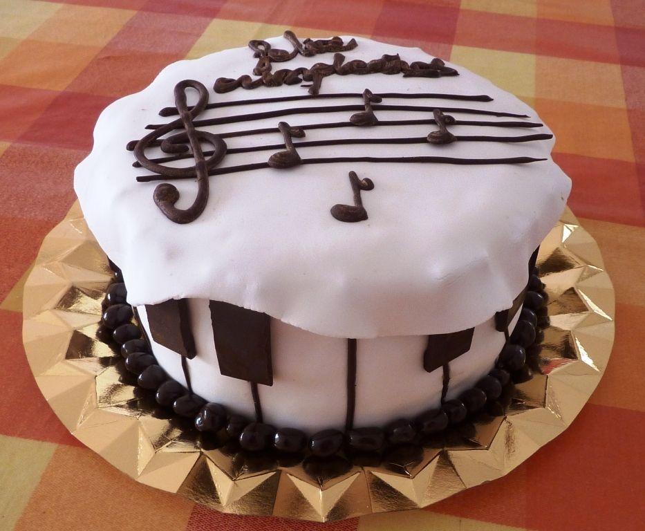 Tarta Musical Con Bizcocho De Chocolate Y Relleno Buttercream De Fresas Hecho Con Naturales La Receta Está En Www Tartas Musicales Pastel De Cupcakes Tartas