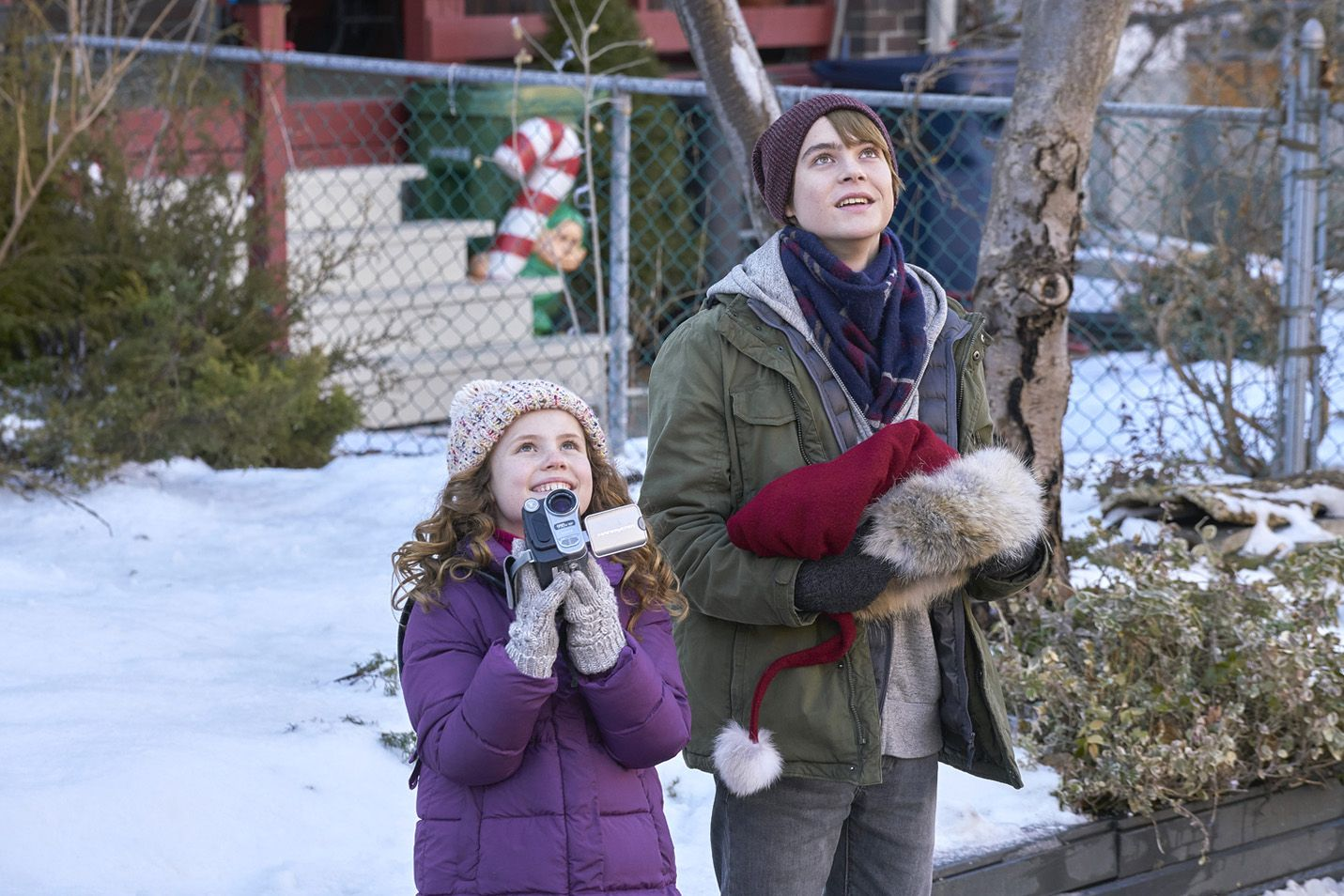 Darby Camp and Judah Lewis in The Christmas Chronicles