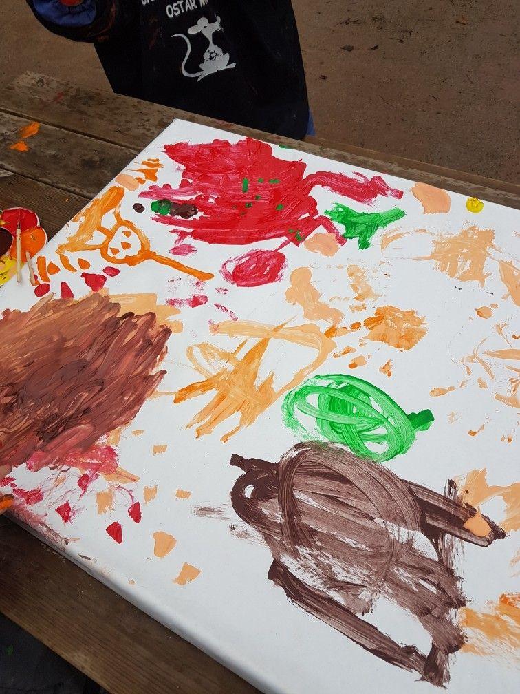 På min förskola målade  barnen med olika färger de målade med händerna och penslade med penslar. Barnen använder allt för att måla med. Denna gången ville de beställa med händerna. Därefter upptäckte barnen att de börja droppa på färgerna då blev det mer kul att måla med händerna. Till sist ställde vi upp tavlan då började det rinna färger ihop och blandas.  Men det blev jätte fint och barnen blev nöjda.
