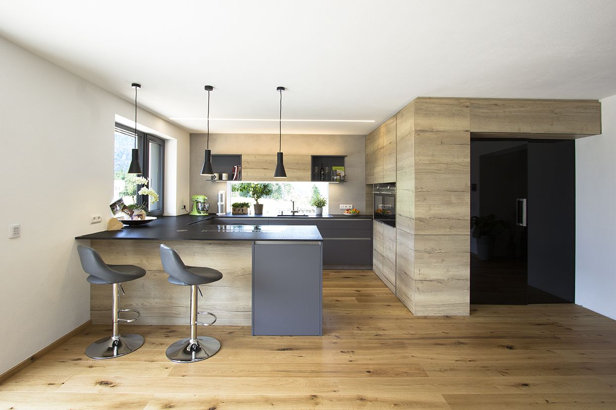 wohnk che in eiche kombiniert mit anthrazit integrierte vorratskammer mit schwarzer glast r. Black Bedroom Furniture Sets. Home Design Ideas