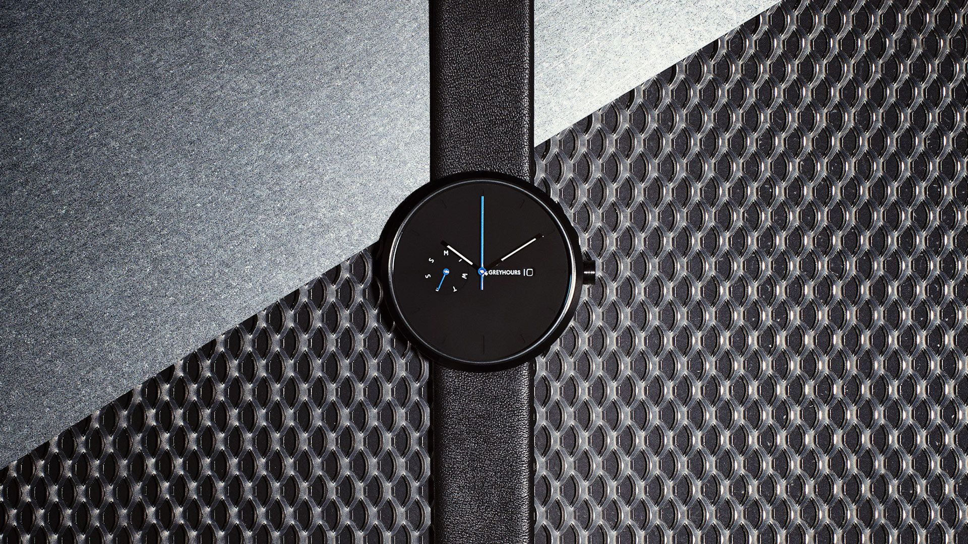 GREYHOURS / ESSENTIAL Black: First model from GREYHOURS, this Black ESSENTIAL illustrates the influence of Bauhaus on Julien Gueuning, the designer.