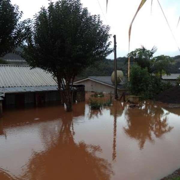 Mais de 20 mil pessoas fora de casa por chuva no RS. Relatos sobre Santa Catarina, dia 08/97/14 também revelam mais de 40 mil pessoas fora de suas casas e prejuízos pesoais acima de 100 milhões.