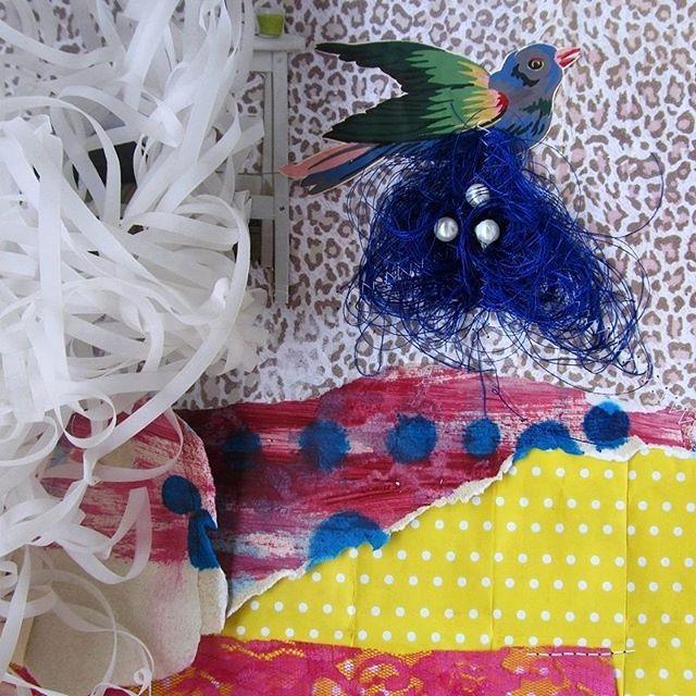 Apenas um detalhe bonito para um futuro LO, (um pássaro com seu ninho .... Um emaranhado de linha de bordar). #inprocess ...Sim, eu estou com monte de criações em processo.😃 *bydanicristina _ _ #boatarde #mixedmedia #scrapbook #scrapper #artlovers #collage #scrapbooking #collage #workinprocess #mixedmedialovers