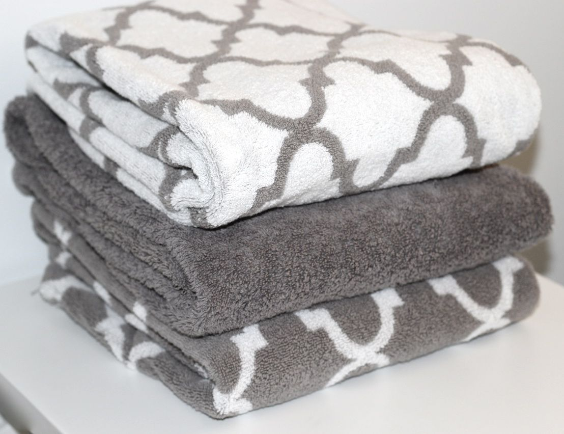 It's easy to update the look of your bathroom with fresh towels. Our decorative selection features a wide variety of colors, patterns & textures, along with the latest style details, like tassels & embroidery.