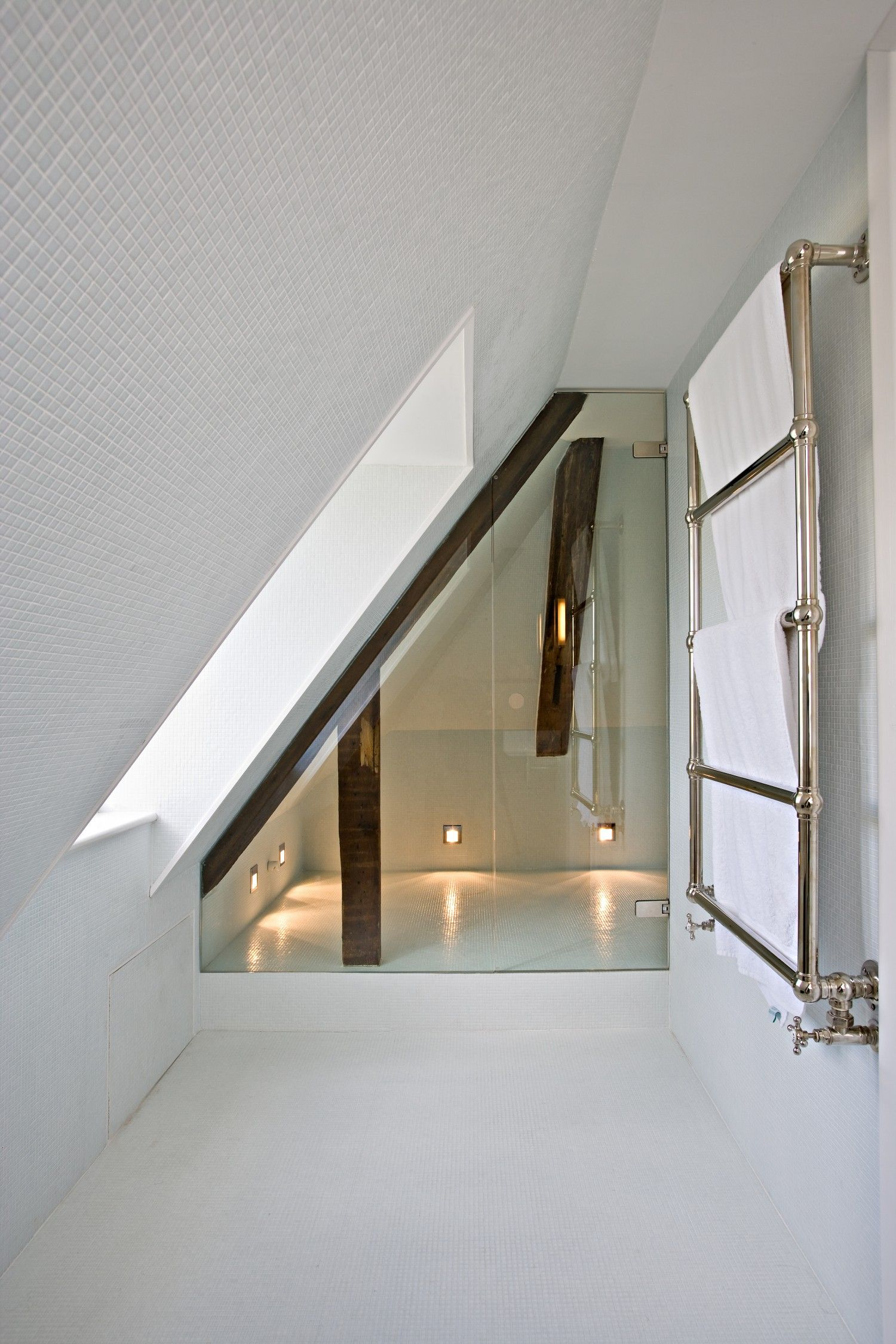 Glass shower sceen slanted for attic ceiling amazing for Bathroom design under eaves
