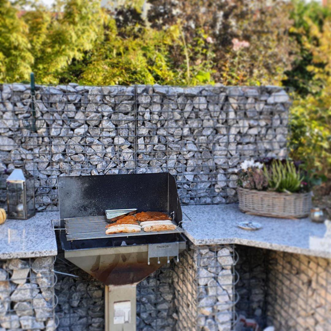 Unserer Kunden Seine Bestehende Sichtschutzwand Zu Einer Outdoor Kuche Erweitert Somit Hat Die Eigentliche Tote Ecke Im Gart Steinzaun Gartenzaun Gabionenzaun