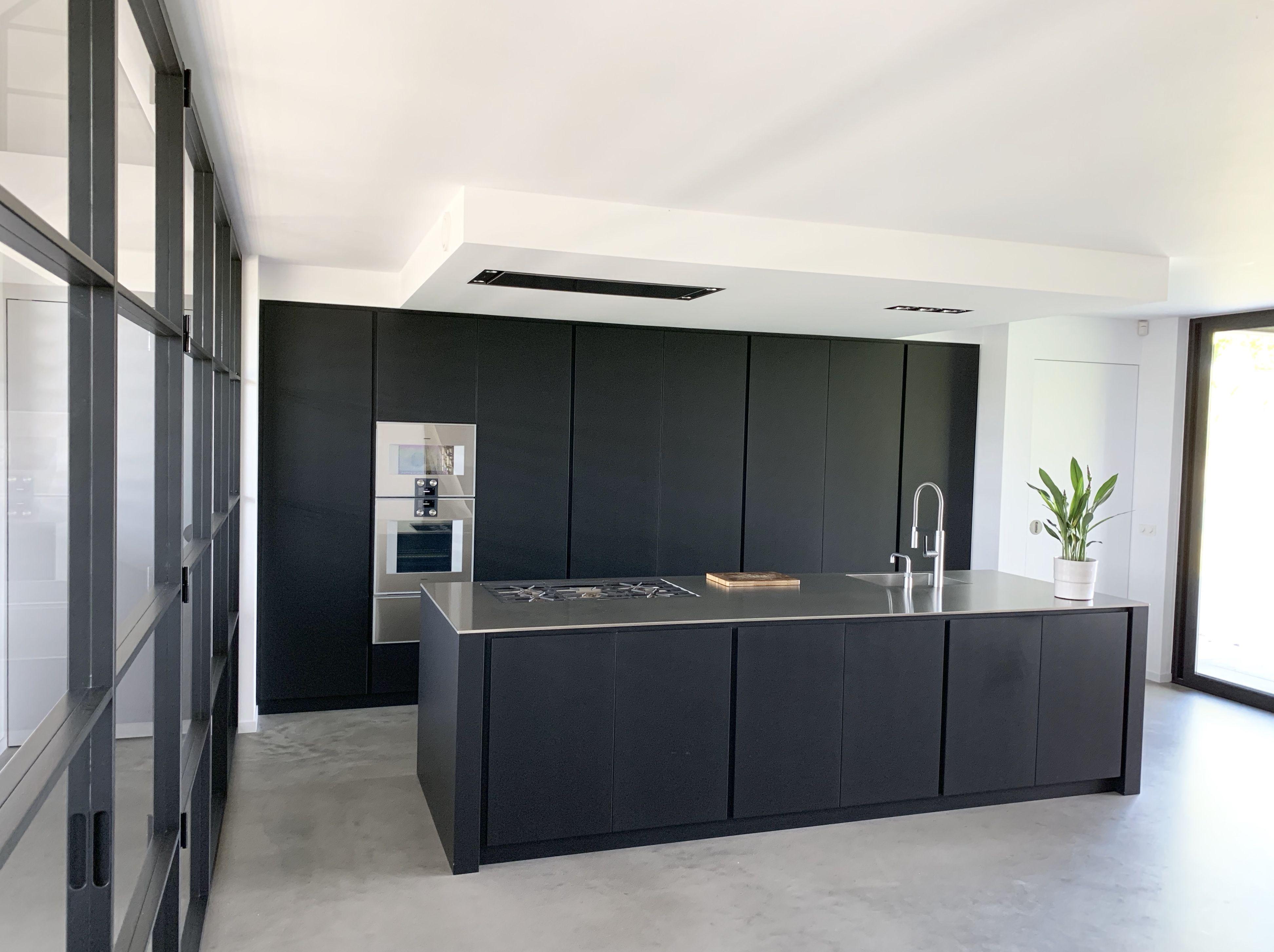 Zwart Betonvloer Keuken : Industrieel interieur zwarte keuken uitgevoerd met gaggenau