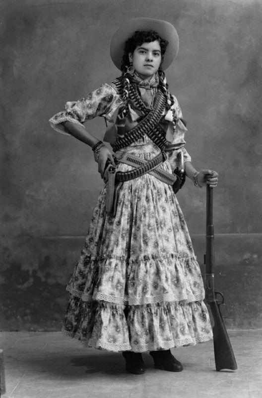 No hay mejor representación de una mujer revolucionaria que una Adelita.  Además del vestuario c8b57cb1af5