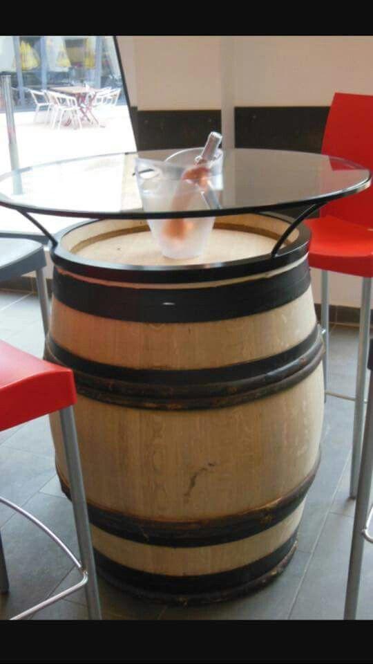 Mange Debout Tonneau Et Verre Wine Barrel