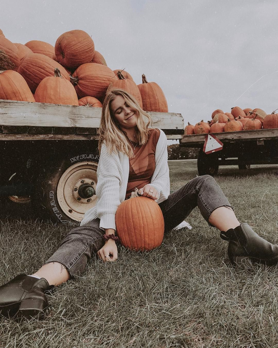 "josie jabs ✰ on Instagram: ""if you haven't gotten enough fall vibes from me, i just posted a fall playlist video on my youtube channel...lots of billie eilish and rex…"" #pumpkinpatchoutfit"