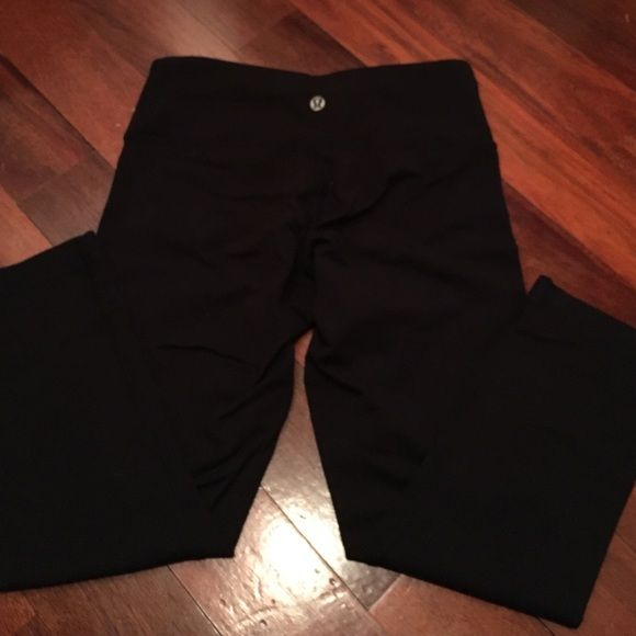 Lululemon Wunder Under Crop 4 Very minor pulling right below the logo that can only be seen up close. Great condition otherwise. Size 4 lululemon athletica Pants Leggings