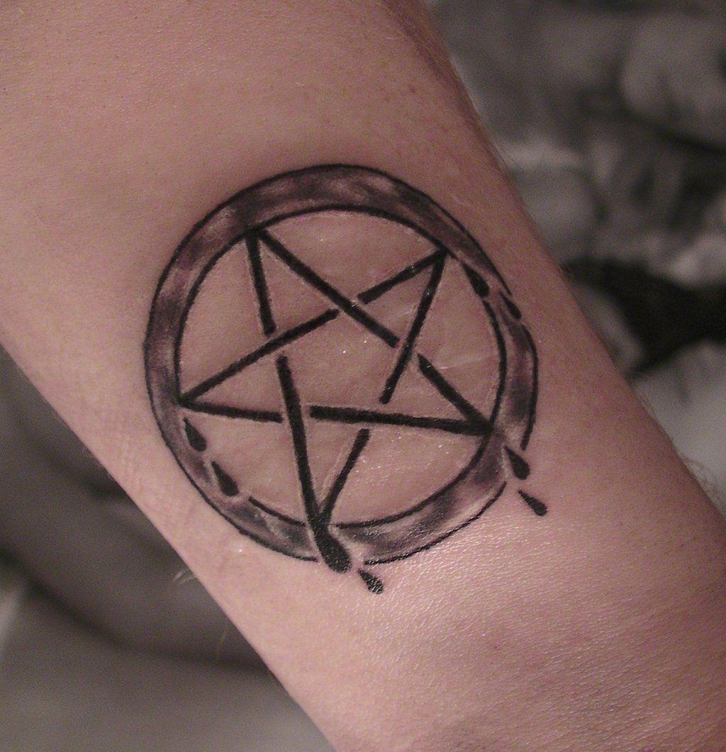 Pentagramm Tattoo Bedeutung Und 33 Coole Beispiele Tattoos Zenideen Pentagramm Tattoo Tattoos Frauen Kreuz Tattoo