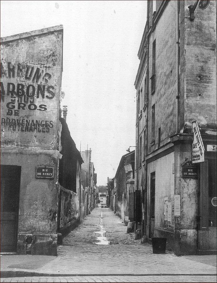 Au n° 147 de la rue de Bercy, en 1967, on trouvait encore ce passage des Mousquetaires, en référence à l'ancienne caserne des Mousquetaires devenue l'hôpital des Quinze-Vingts. Tout ce qu'on voit sur la photo a disparu... (photo collection Philippe Mellot)  (Paris 75012)