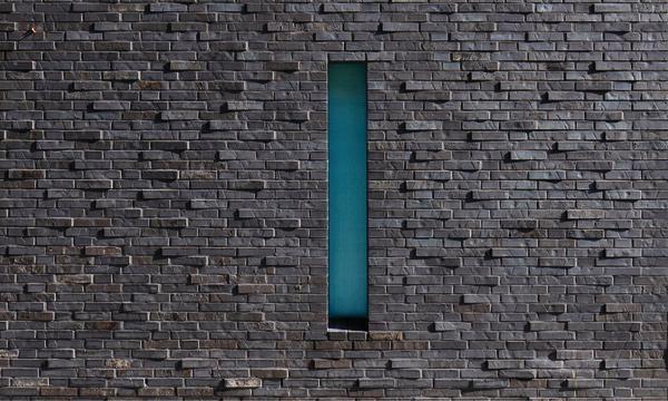 Schwarzer Klinker schulsporthalle mit kulturforum in hamburg dunkler stein auf dem