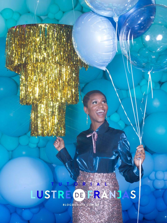 Tutorial com passo a passo ensinando a fazer lustre de franjas metalizadas com menos de R$40. Decoração barata para festas de fim de ano e cenário pra fotos photobooth fringe chandelier blogdomath.com.br