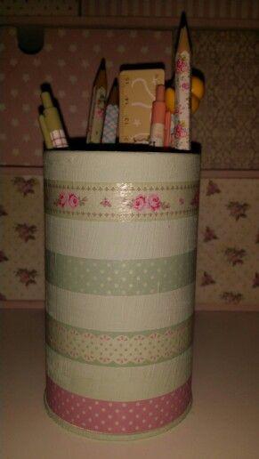 Porta lápices. Bote de metal decorado con chalk paint y washi tape.
