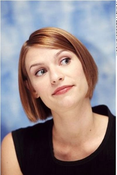 Claire Danes Looks Stylish And Chic With This Short Bob Hairstyle The Hair Is Straight Straight Hairstyles Short Bob Hairstyles Growing Out Short Hair Styles