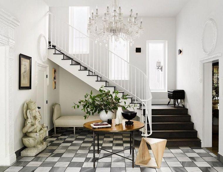 Interni casa entrata di casa con pavimento in piastrelle bianco e