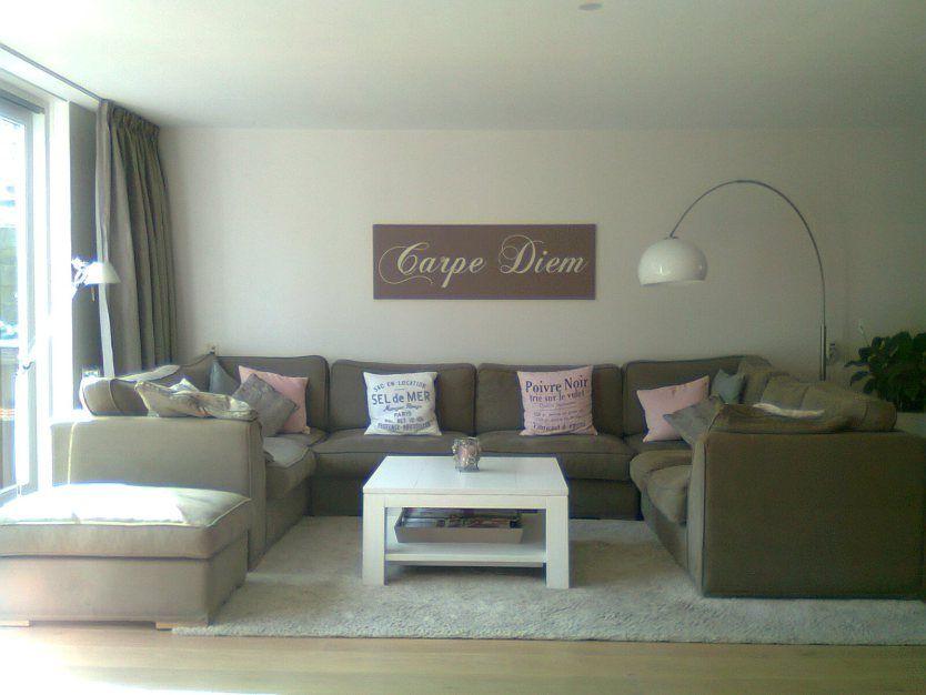woonkamer met hoekbank in taupe met roze en witte styling na, Deco ideeën