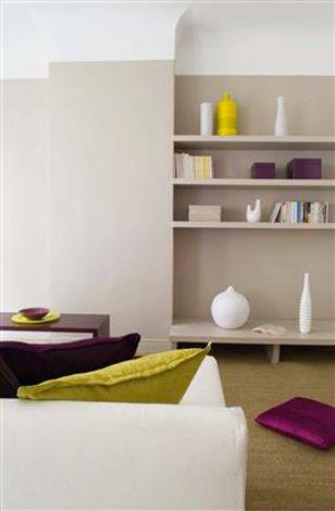 Pour les murs du salon une peinture couleur lin associée à des objets déco couleur prune et jaune citron. Peinture Tollens. Plus de photos sur Déco Cool http://petitlien.fr/7vpb