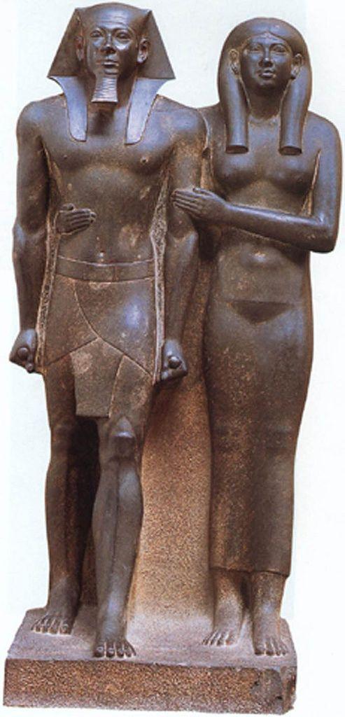 Mikerinos (Mısırca aslı Menkaure) ve karısı. Tam saltanat tarihi bilinmemekle birlikte -2600'ler olduğu tahmin ediliyor