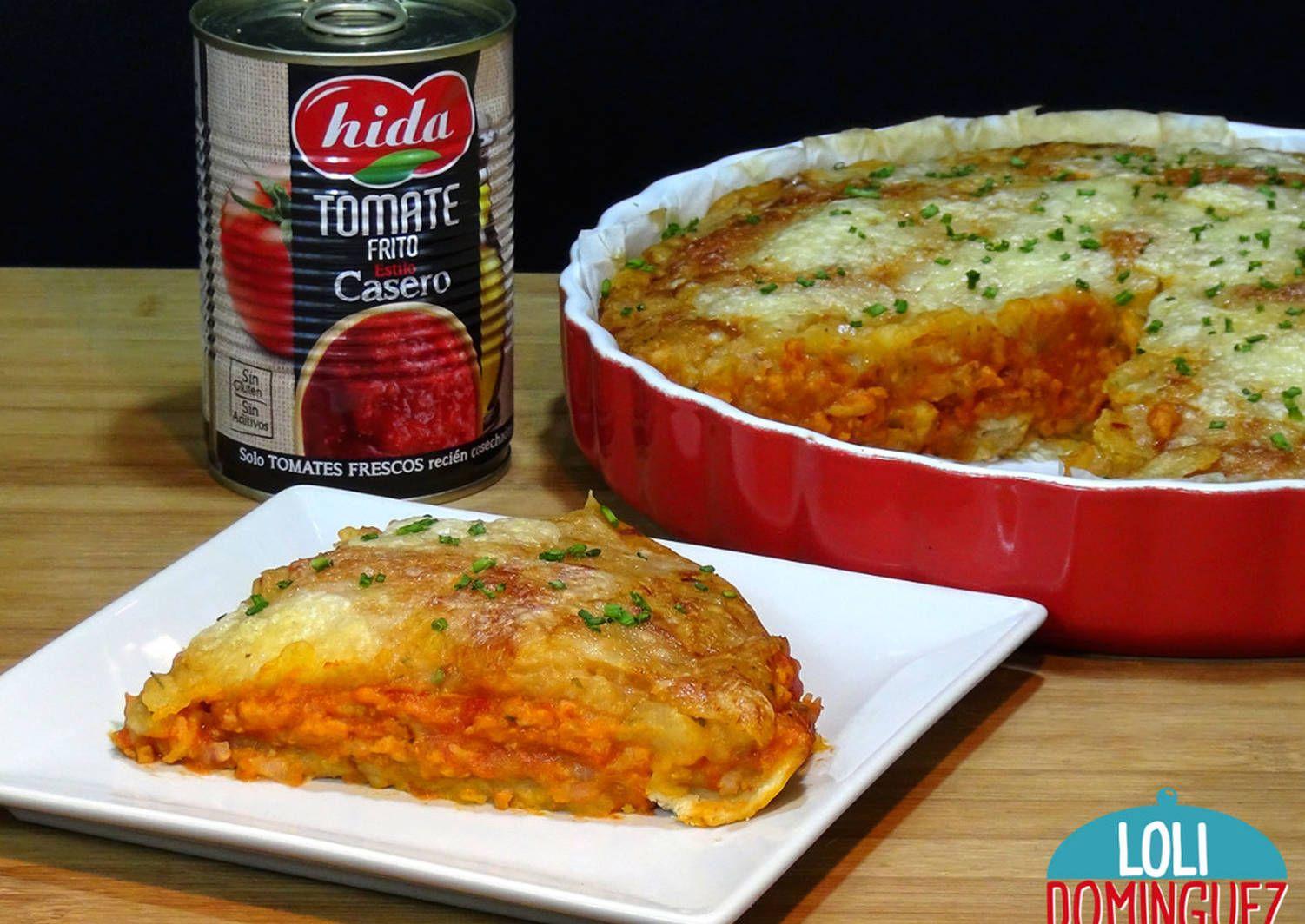 Pastel salado de patatas, carne y salsa de tomate