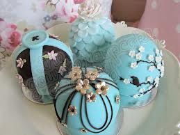 Pretty bauble cakes