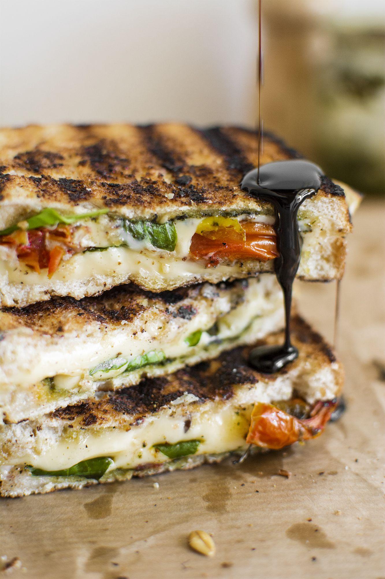 Capresa Grilled Cheese con Tomates Horneados, Pesto y Glaseado Balsámico | www.lefthandedkitchen.com