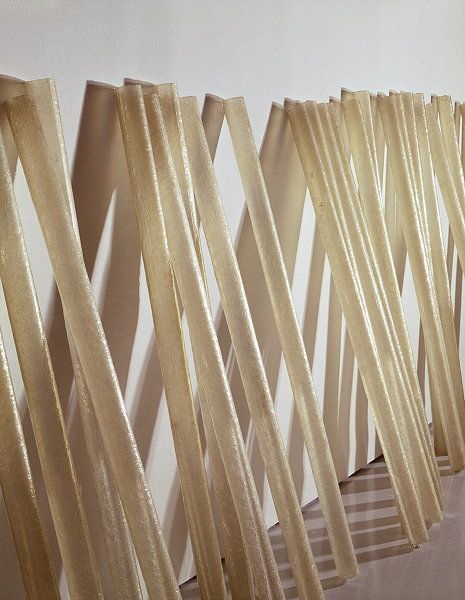 Eva Hesse: Accretion, 1968. Polyester rein. Installation variable, 50 units, each 58 x 2 ½ Inches. Kröller-Müller Museum, Otterlo, The Netherlands. Photo: Abby Robinson, New York © The Estate of Eva Hesse. Courtesy Hauser & Wirth.