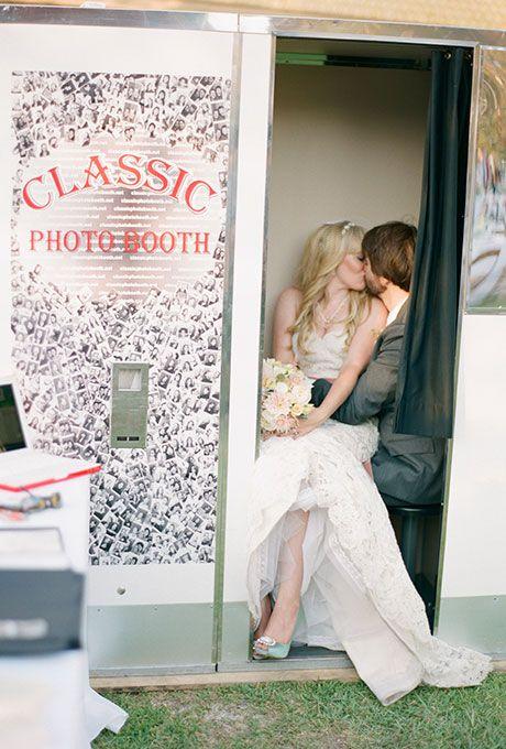 Lej en photobooth . og lav evt gæstebogen sådan at man sætter billederne ind og skriver en hilsen ved siden af