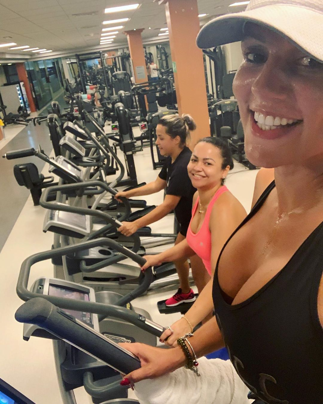 Trio sorrisos 🤣 Da academia hoje ...💪 . . . . . . . . . #treinandocomamigas #👊 #gym  #spagym #reduca...