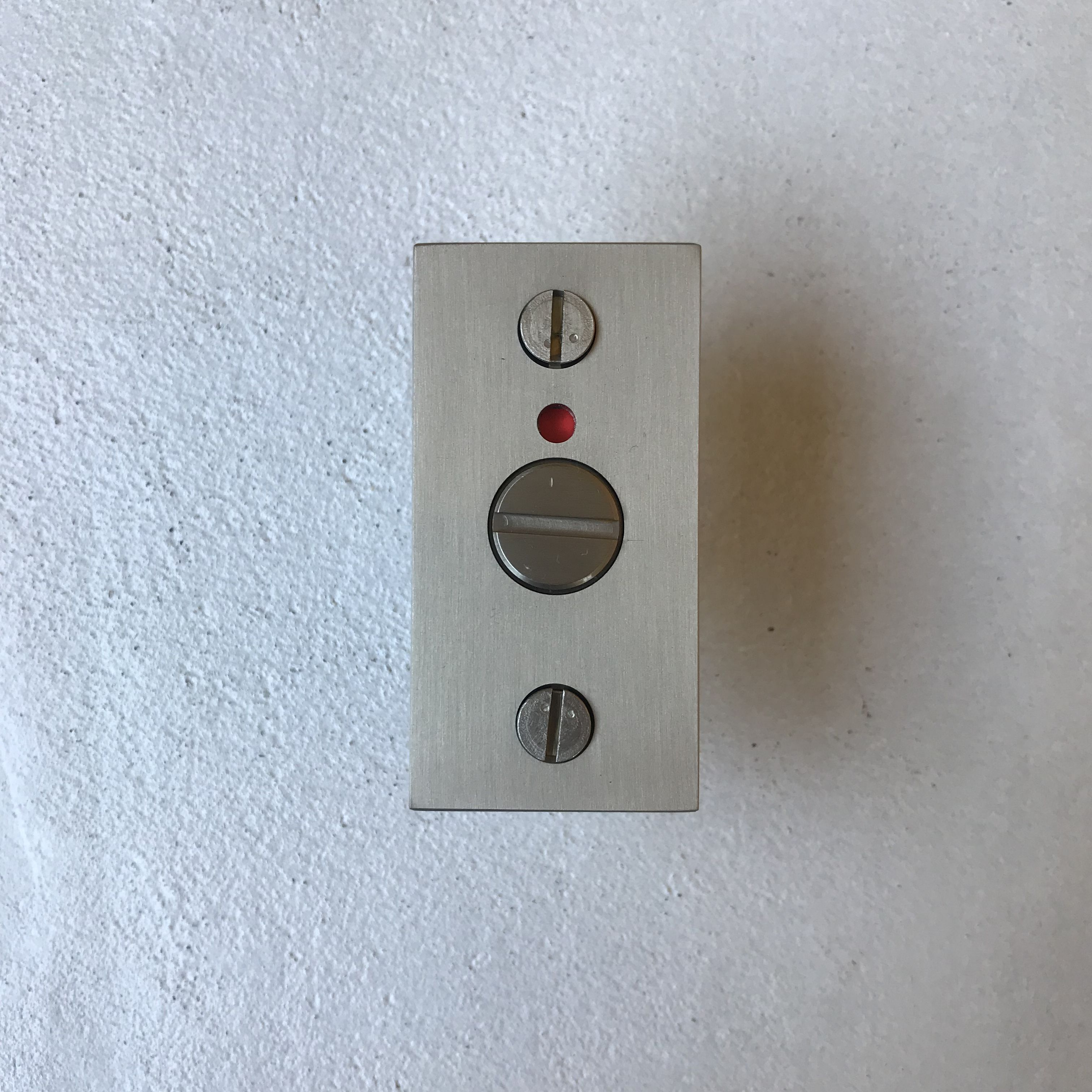 ありそうでなかった真鍮製の表示付き引戸鎌錠 従来の表示錠にはない