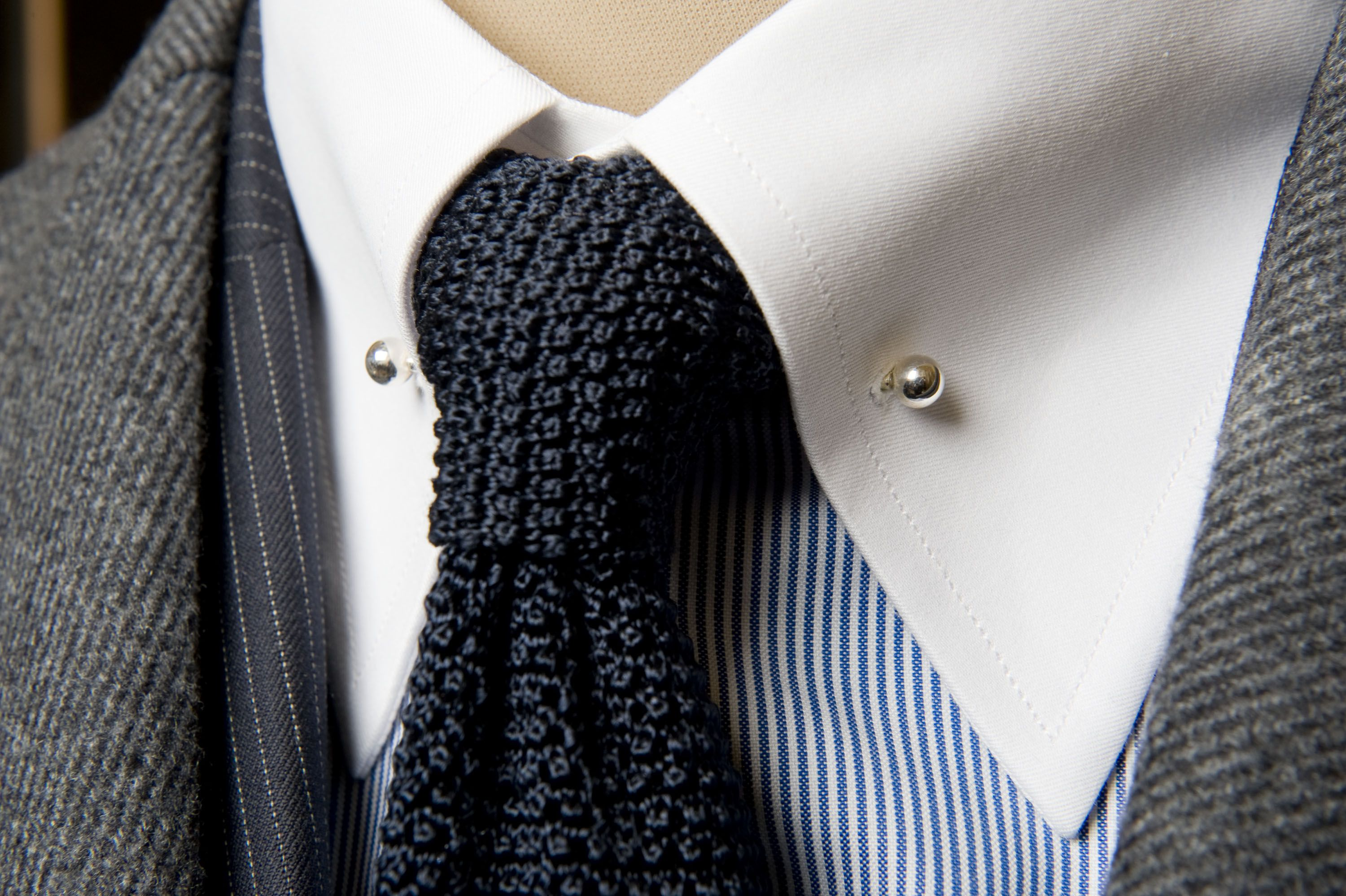 How to collar tie pin wear