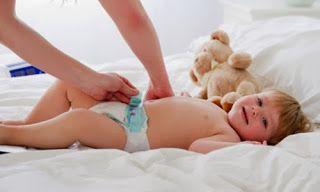 Image result for các bước thay tã vải cho bé
