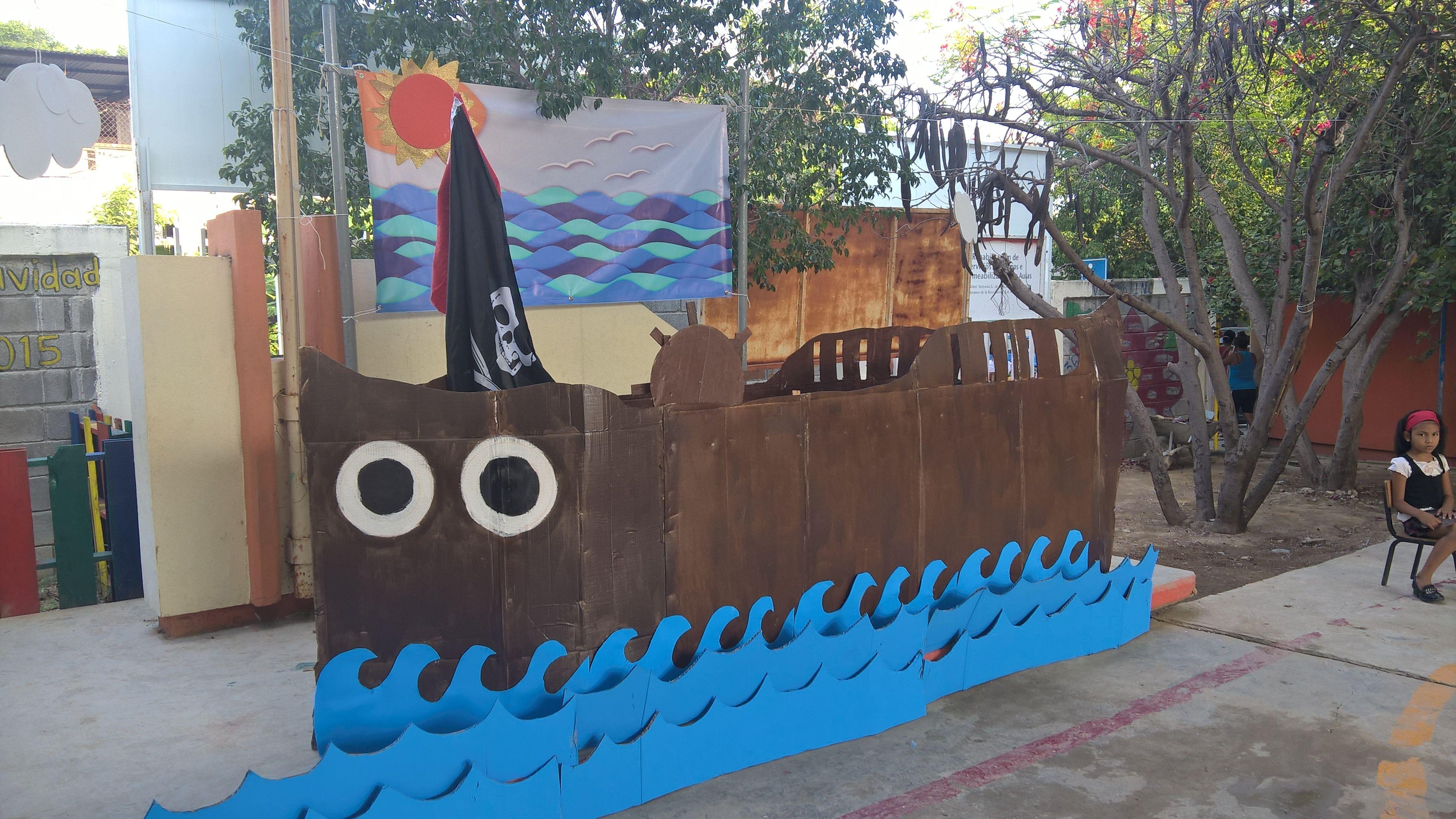 Barco de cartón para fiesta de piratas