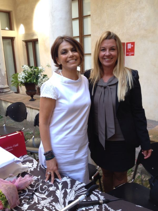 Unexpected meeting with someone special. The effervescent Designer with the beautiful journalist Paola Rivetta. She wears an elegant Claudia Oddi creation with pearls. Thank you so much Paola for this fantastic surprise!