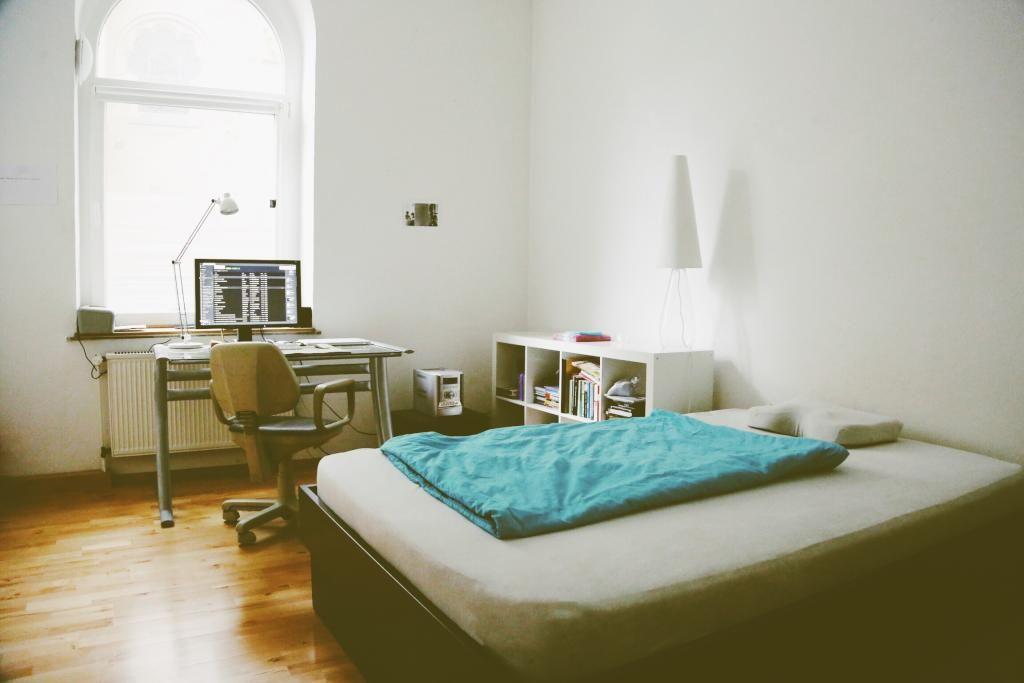Minimalistisches Altbauzimmer Mit Parkettboden Grossem Bett Arbeitsplatz Und Pax Regal Einrichtung Wgzimmer Regal Zimmer Wohnun Wg Zimmer Wohnung Zimmer