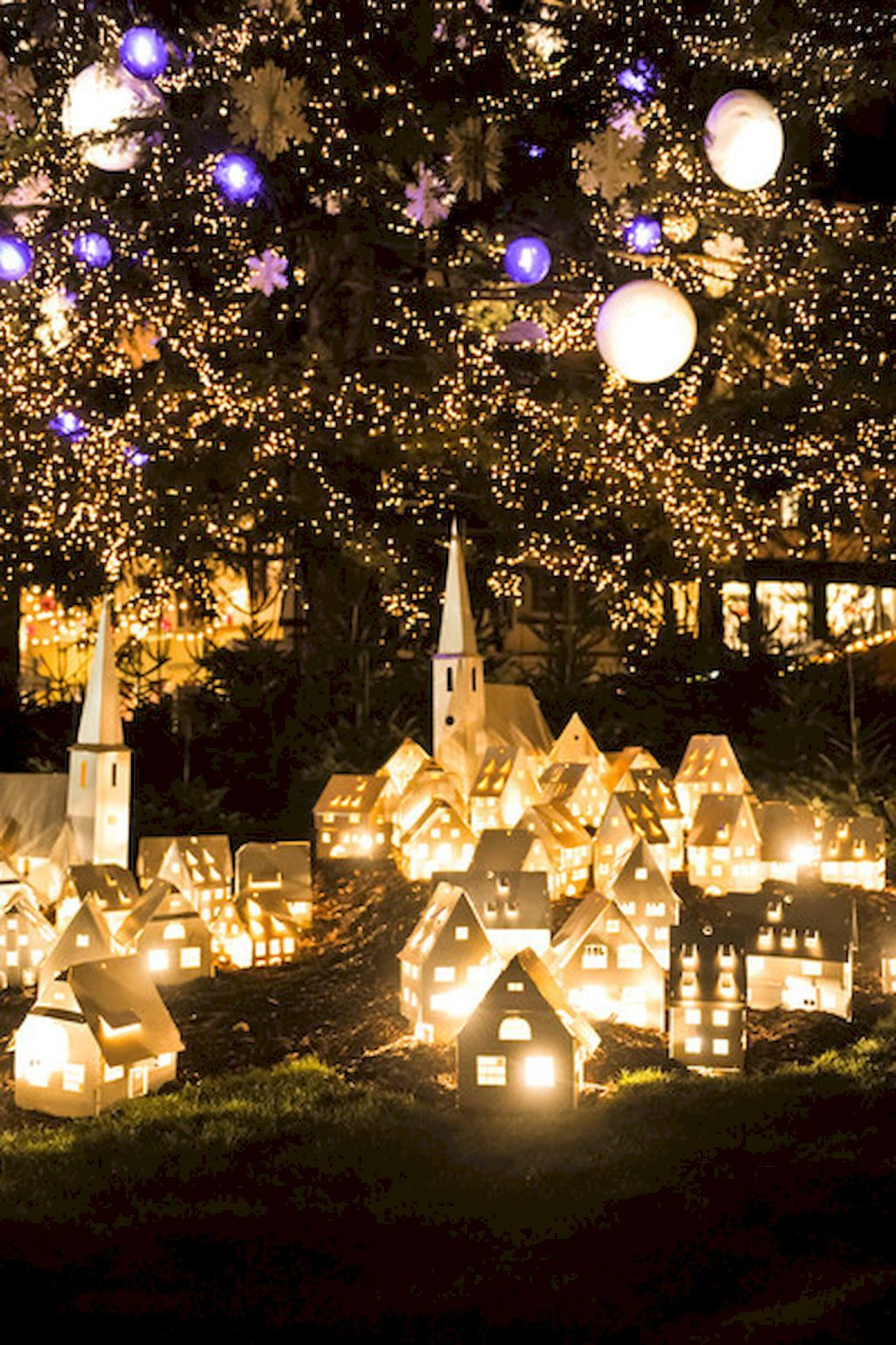 35 beautiful christmas decorations outdoor lights ideas livingmarchcom - Unusual Christmas Decorations Outdoor