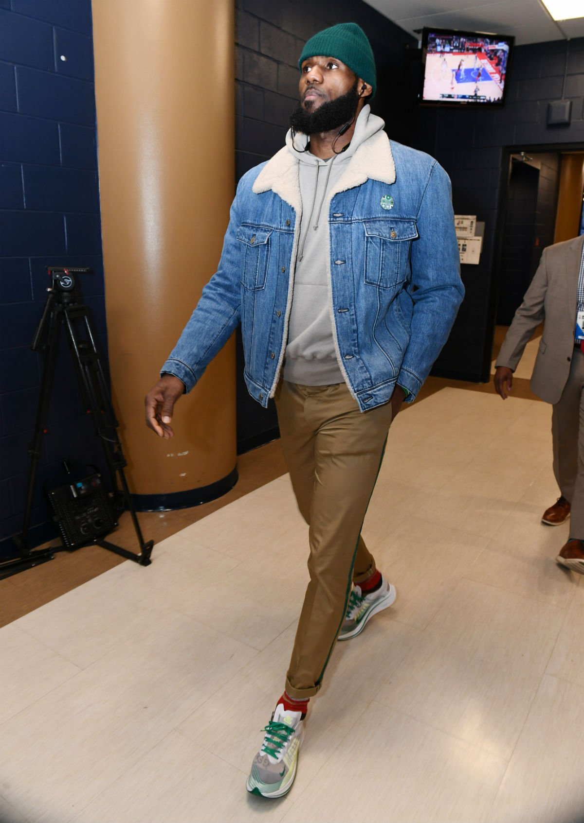 f229344ef2b  SoleWatch   KingJames giving the Nike Zoom Fly SP some burn pre-game.   Mensoutfits
