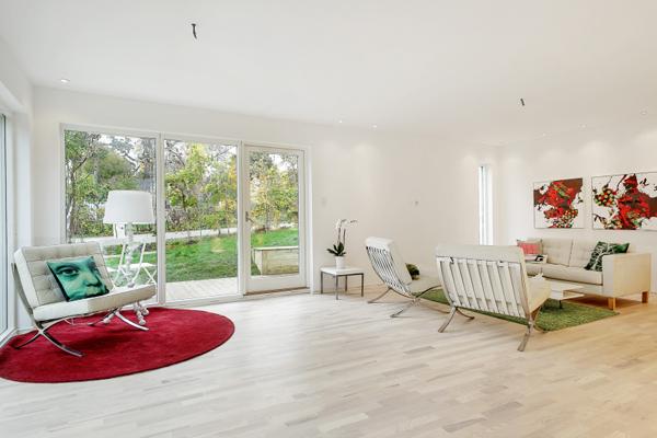 una casa sencilla en el exterior y gran diseo de interiores