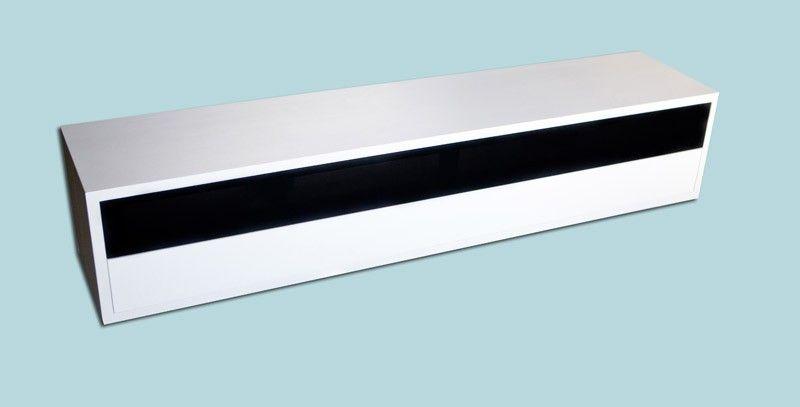 Audiomeubel Cleveland - Model 9424 - Met speakerdoek. Dit audiomeubel / tv-meubel heeft een romp van 25 mm dik MDF. Het meubel is standaard voorzien van 2 kleppen, de bovenste voorzien van speakerdoek, de onderste dicht. Uw centerspeaker kan zo mooi achter het speakerdoek weggewerkt worden. Het is een staand model, maar het 5 cm hoge plintje valt rondom 8 cm terug, waardoor het er zwevend uitziet. Het is ook mogelijk het meubel aan de muur te laten ophangen, dan komt dit plintje te…