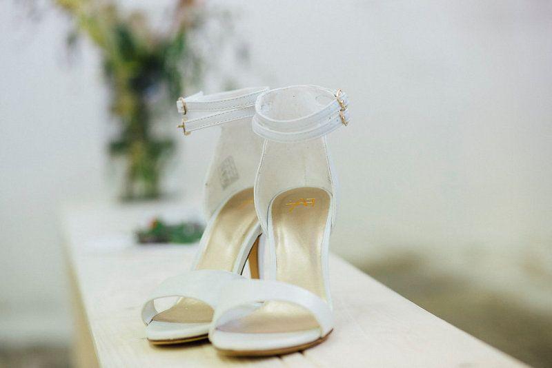 Urban Industrial Styled Shoot Brautschuhe mit Riemen