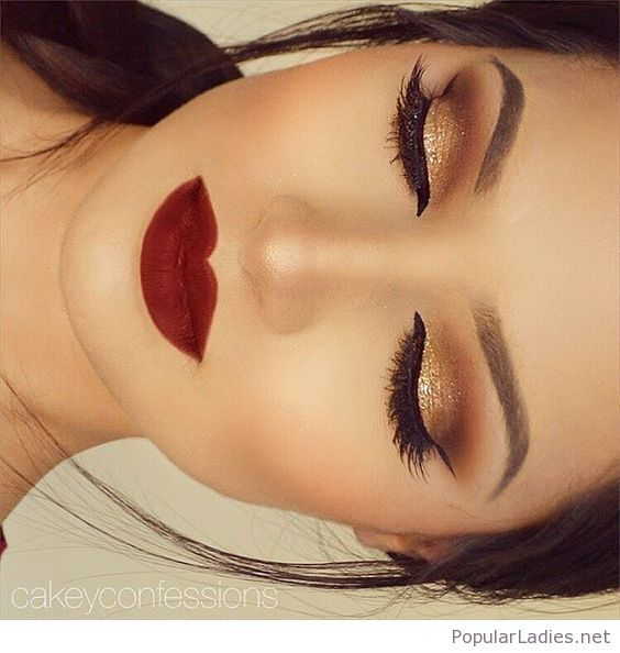Gold gliter and black eye makeup with red lips | Maquillaje