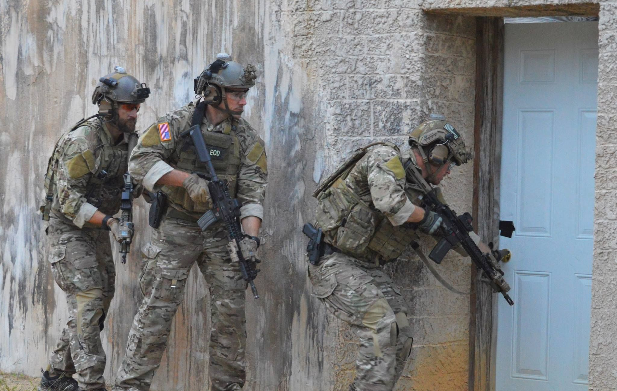 US Army EOD Techs prepare to breach a door September 2015 America [2048x1298] & US Army EOD Techs prepare to breach a door September 2015 America ...